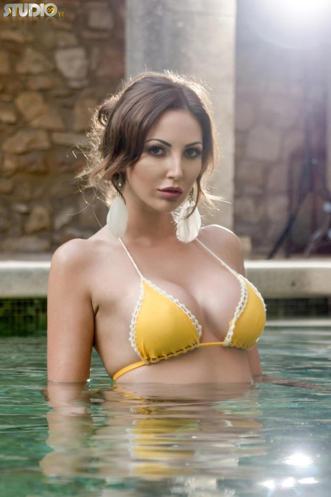 С сочной грудью в бассейне