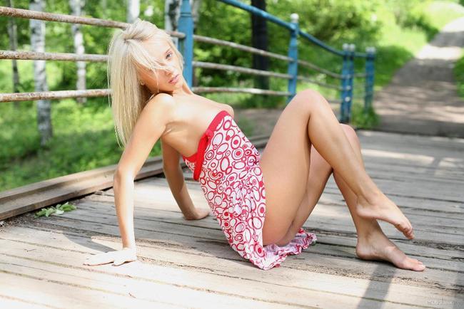 Блондинка на мосту