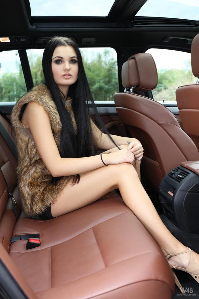 Голая брюнетка в машине