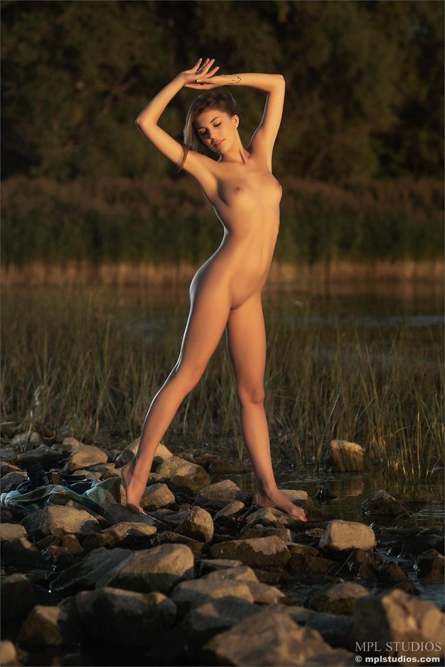 Голая красавица позирует на природе