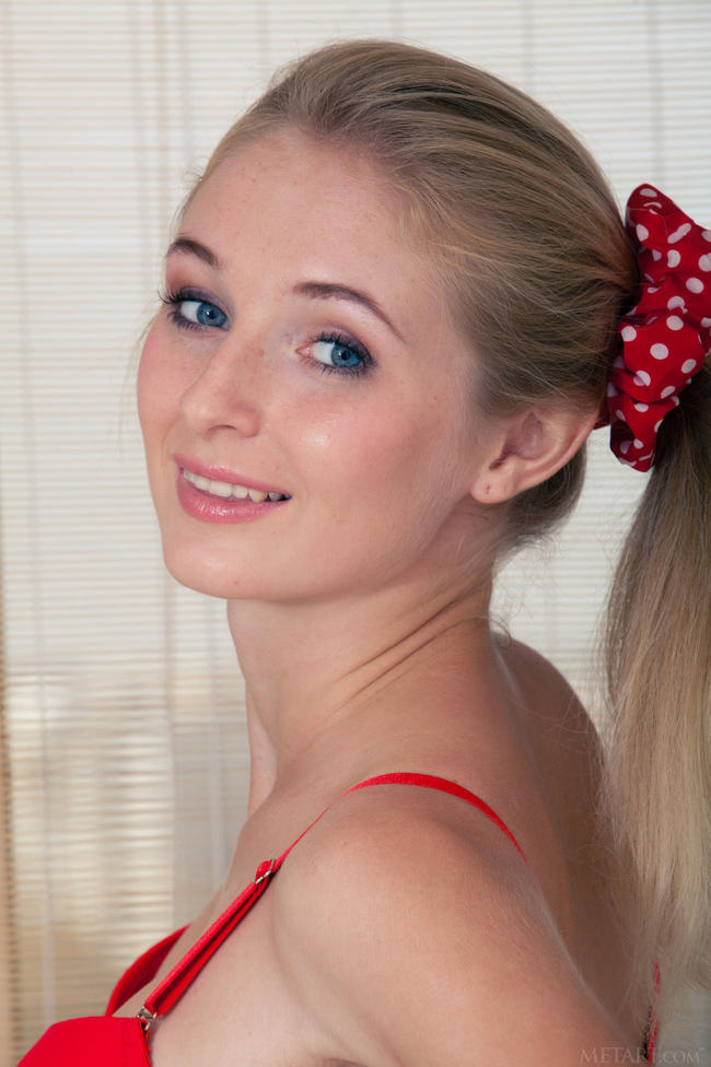 Блондинка в ярко-красном