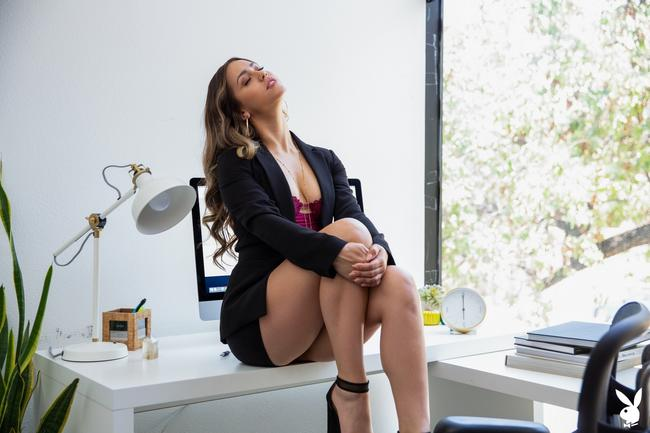 Alina Lopez в офисе