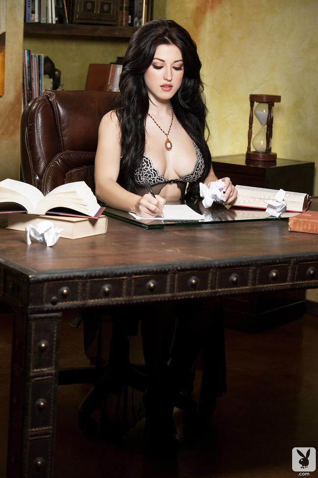 Брюнетка развлекается в офисе