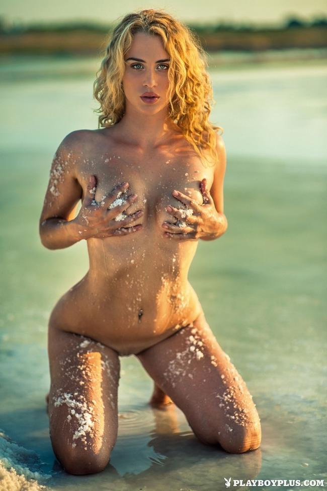 Блондинка на побережье