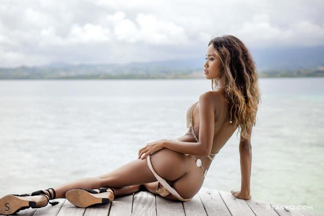 сексуальная с экзотической внешностью на пляже