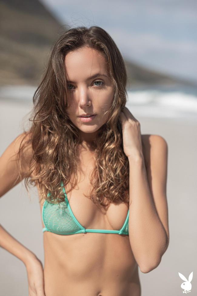 Шатенка на пляже