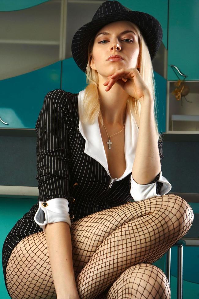 Классная блондинка наслаждается отдыхом после работы