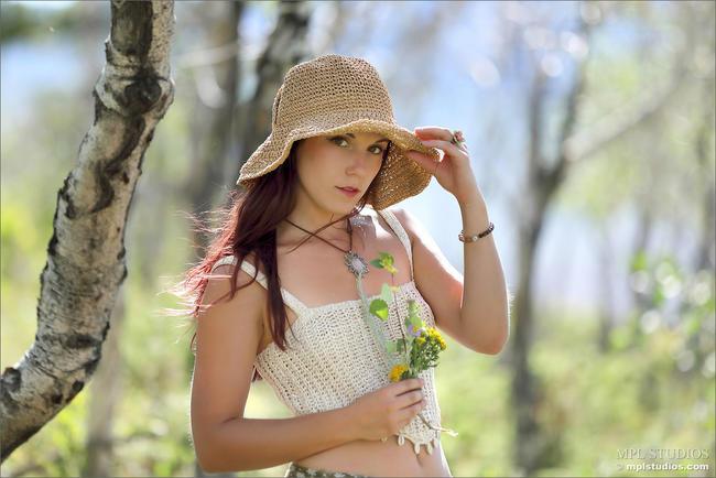 Красотка Елена в лесу