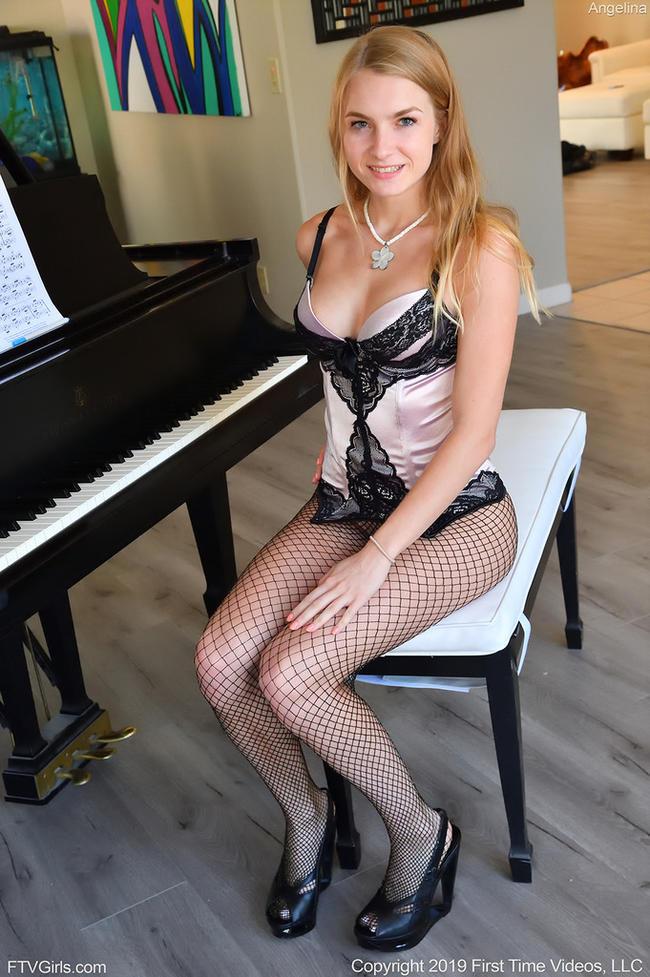 Устала играть с пианино решила поиграть с собой