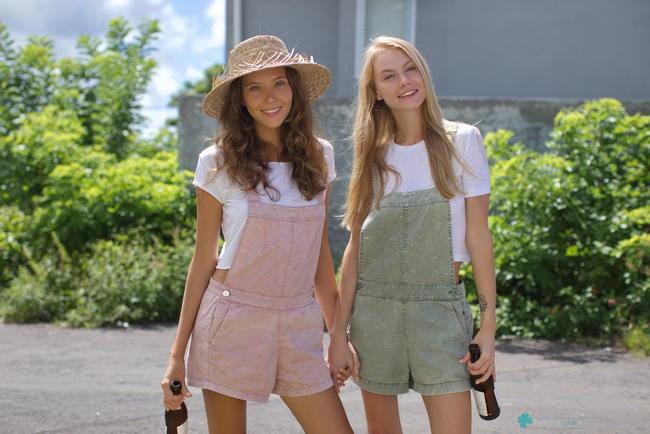 Катя с подругой разделись в деревне
