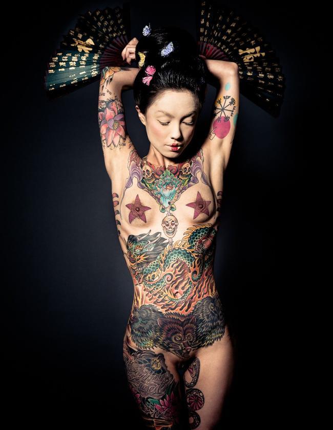 Азиатка в татуировках