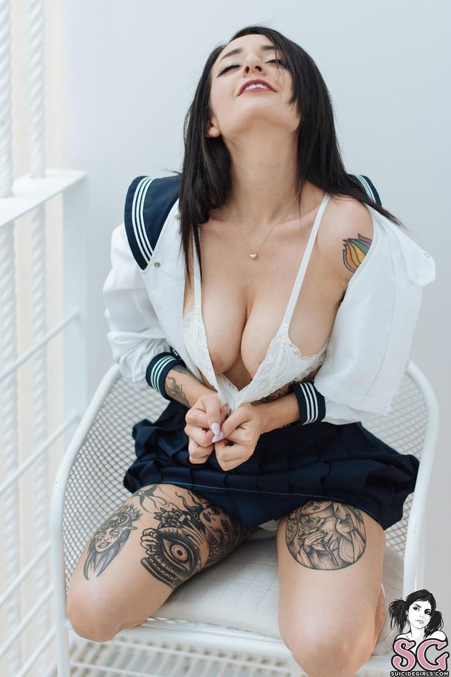 Сучка в татуировках сняла юбку