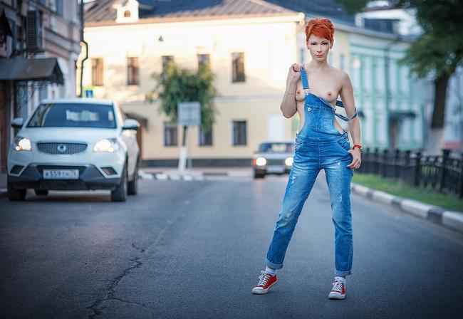 Голые сиськи и джинсы снова в моде
