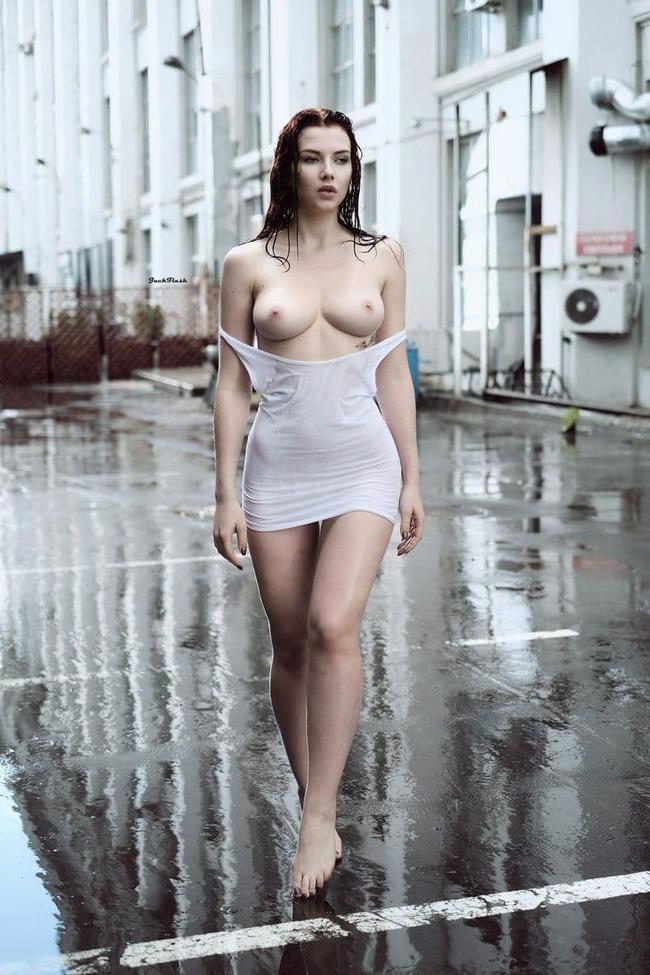 Гуляет под дождем