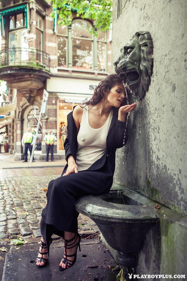 Jade гуляет по городу показывая сладкие места
