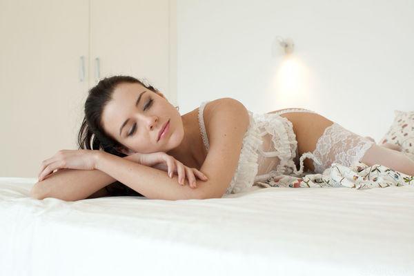 Невеста решила поваляться на кровати