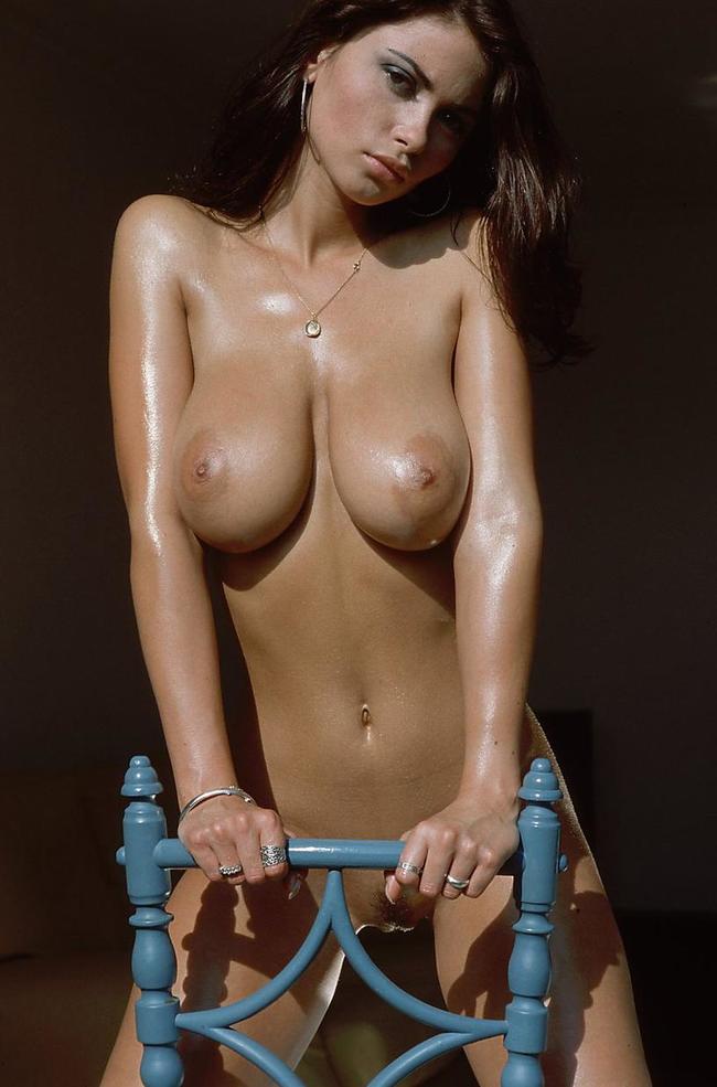Veronika Zemanova на стуле