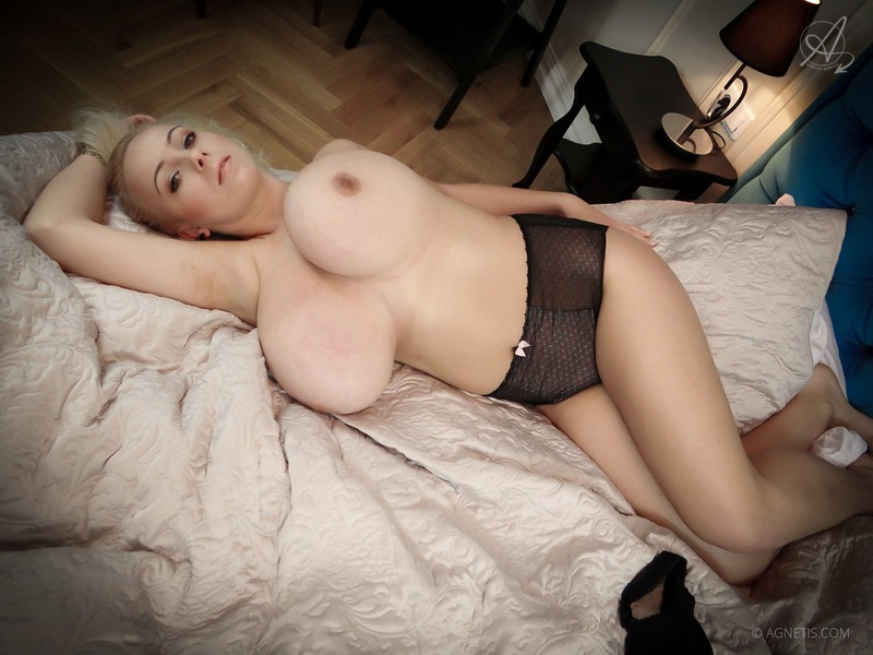 Блондинка и ее огромная грудь