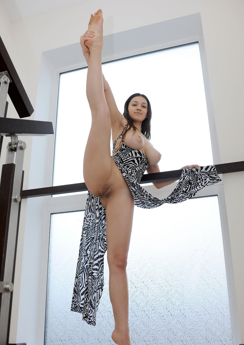 Обнаженная брюнетка гимнастка с тату задрала ногу #3
