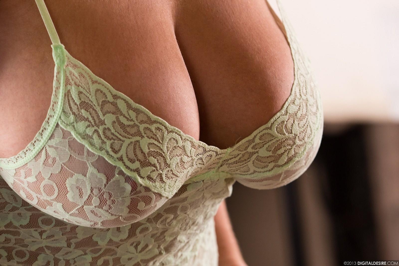 большая женская грудь в эротичном лифчике фото без лица