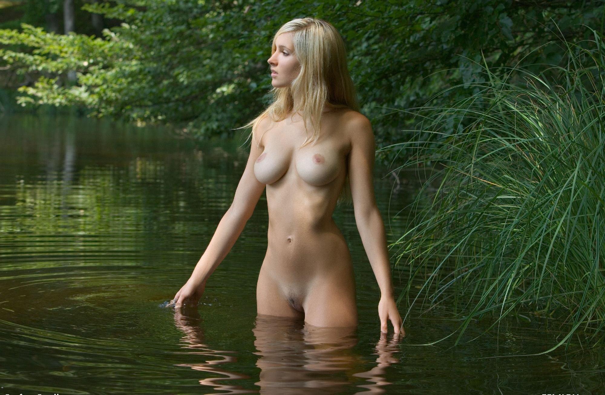 Купается видео девушка голенькая