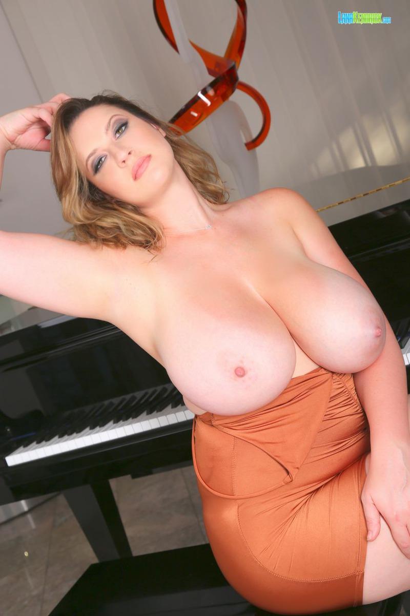 Талантливая крошка с очень большой грудью