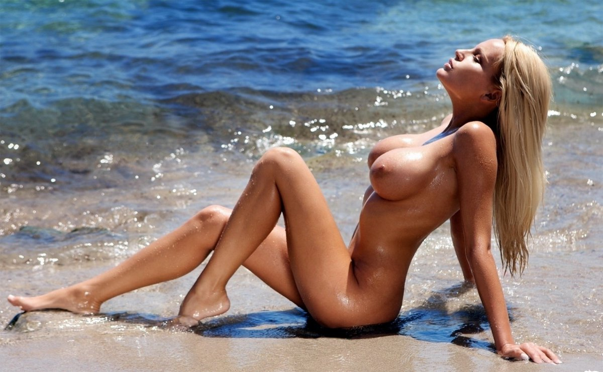 Naked girl in the beach — pic 8
