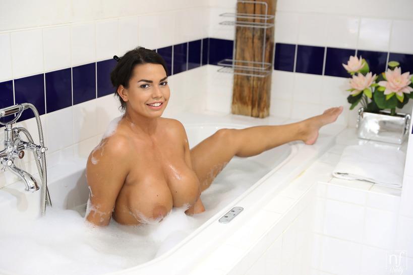 В ванной с пенкой