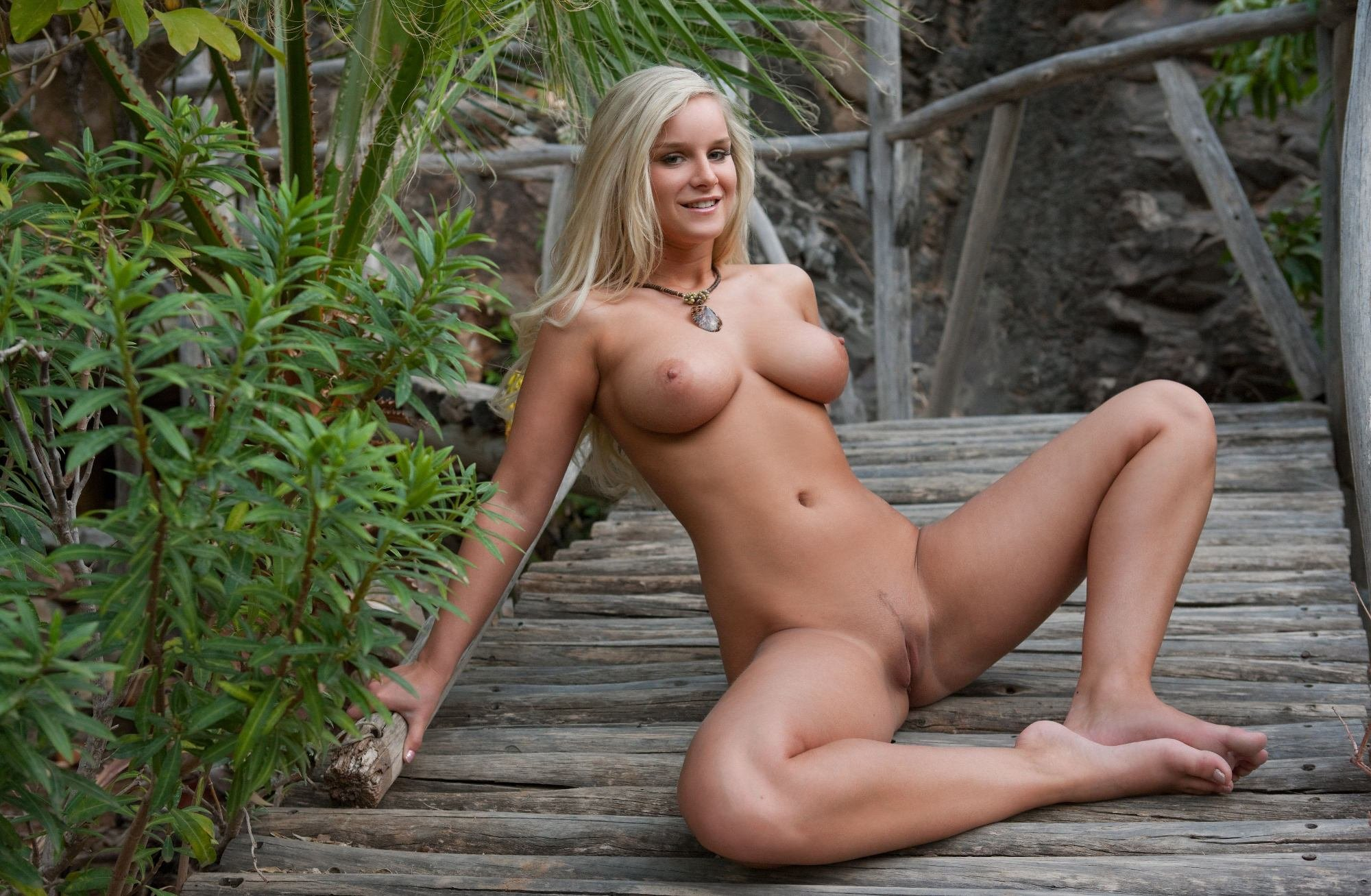 Girl lost naked — pic 4