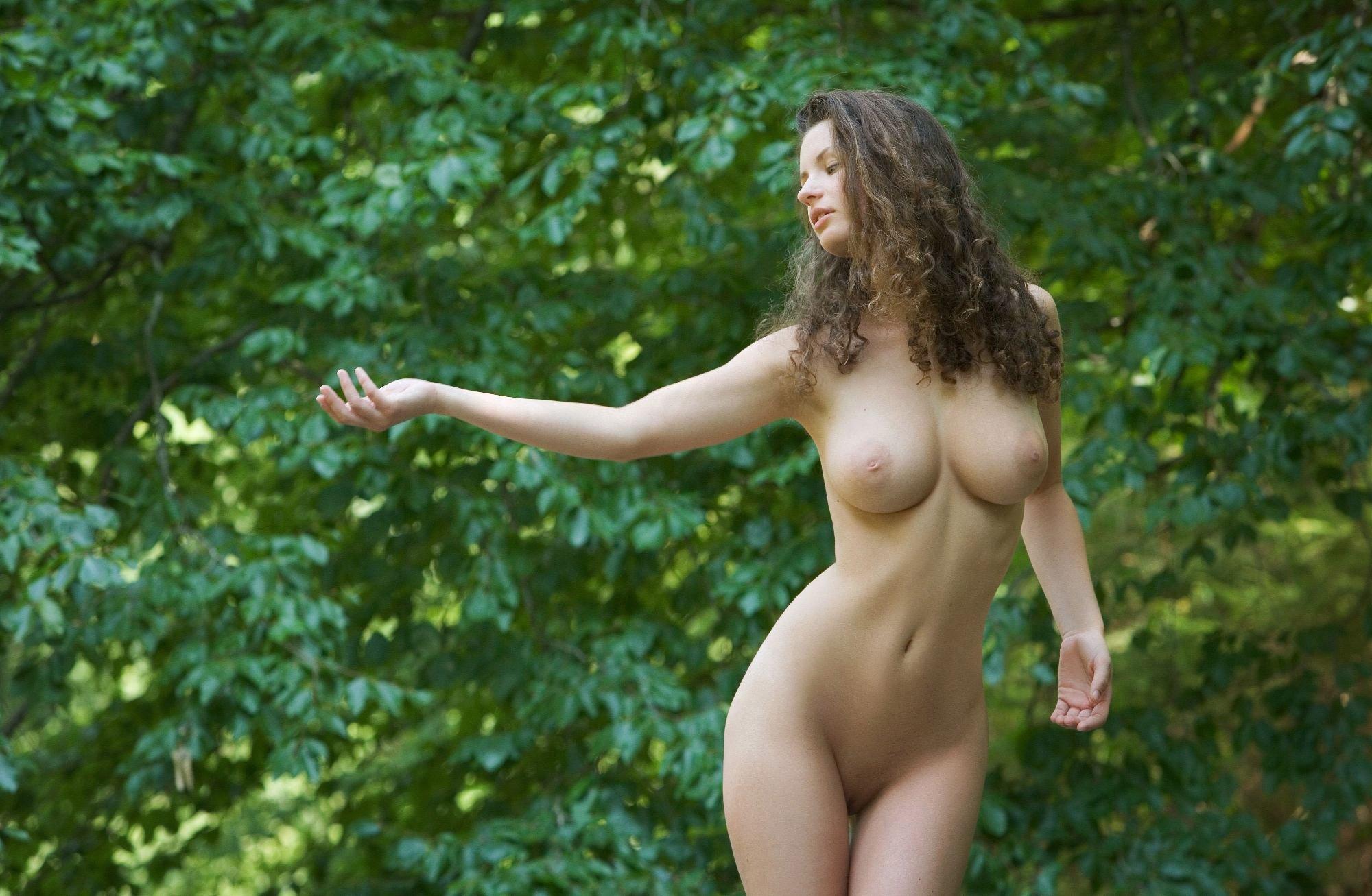 Сексуальные голые девушки на природе, русское порно видео напоили и трахнули
