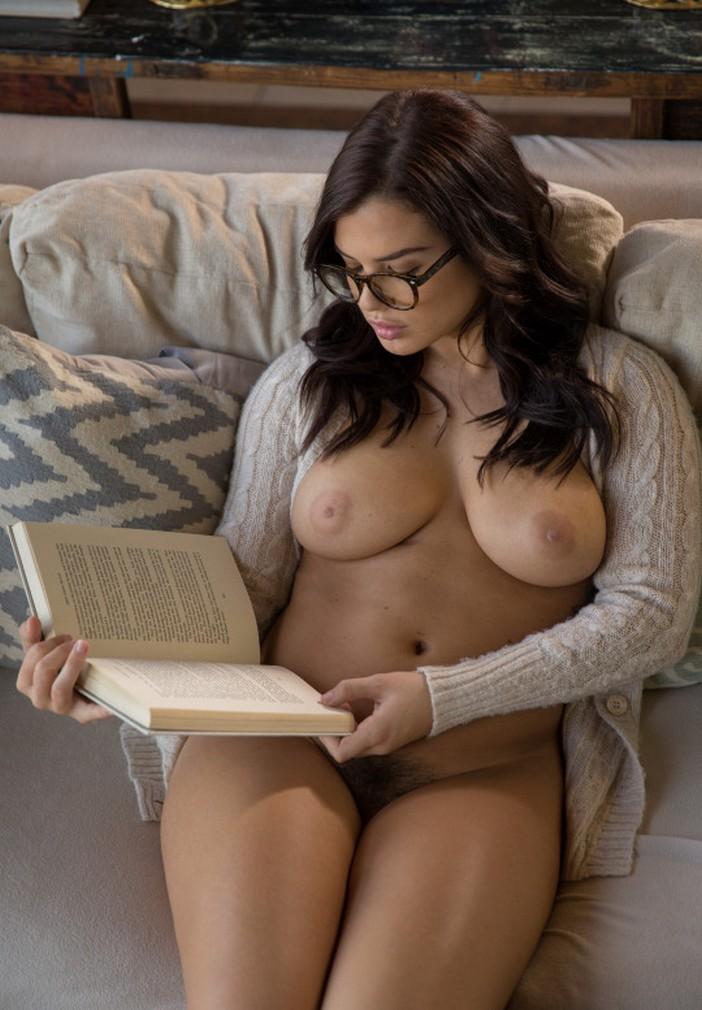 Девушки дома читают книги