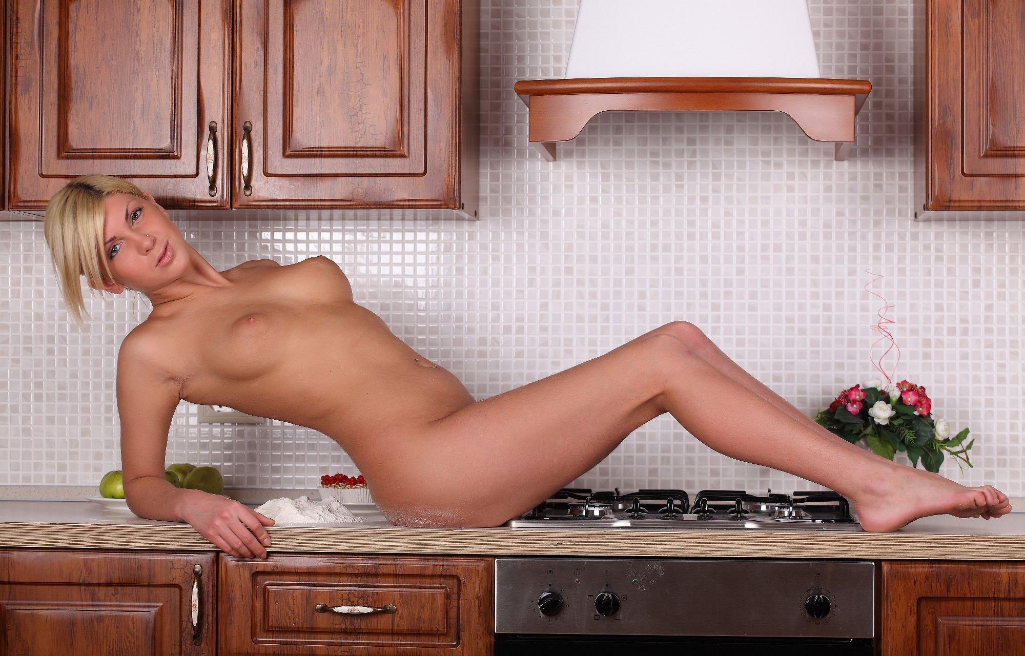 Эротические фото личные онлайн домохозяек, русская девка трахает себя в попку морковкой онлайн