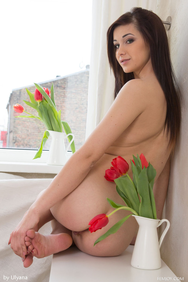Голенькая зая любит тюльпаны