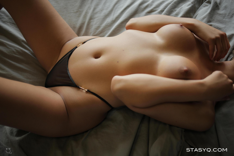 Малышка в кровати