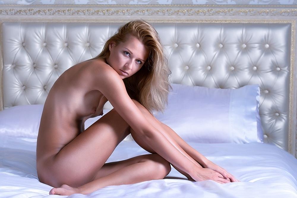 Муза на кровати