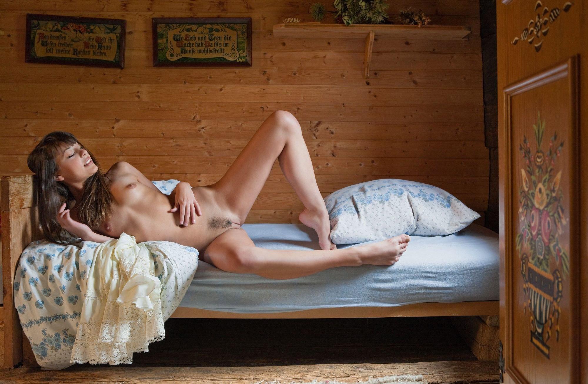 seks-video-v-dome-na-derevyannoy-krovati