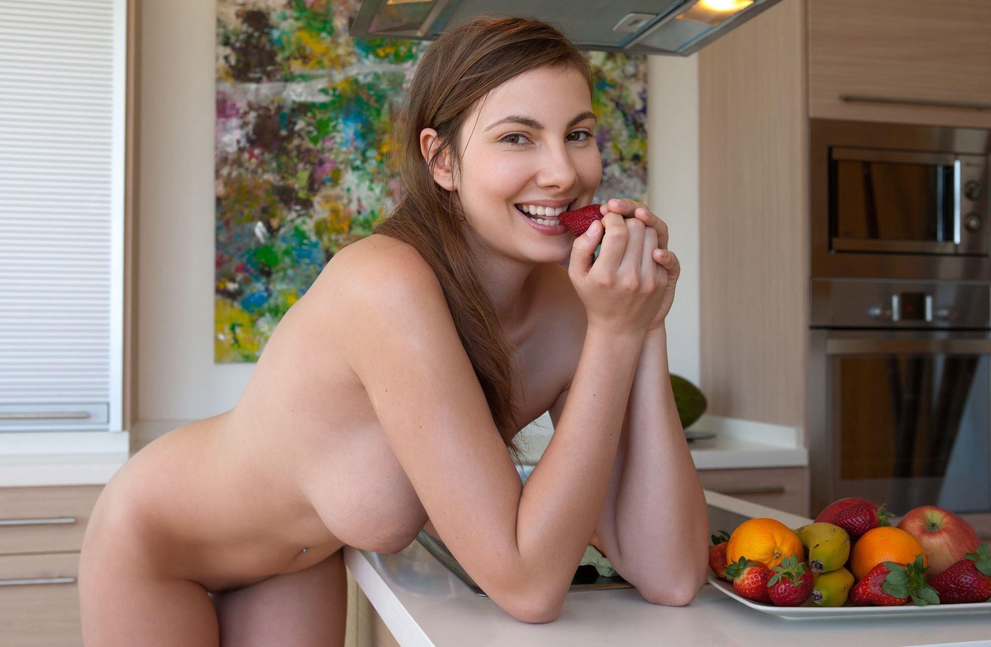 Девушка голая готовит завтрак видео порно
