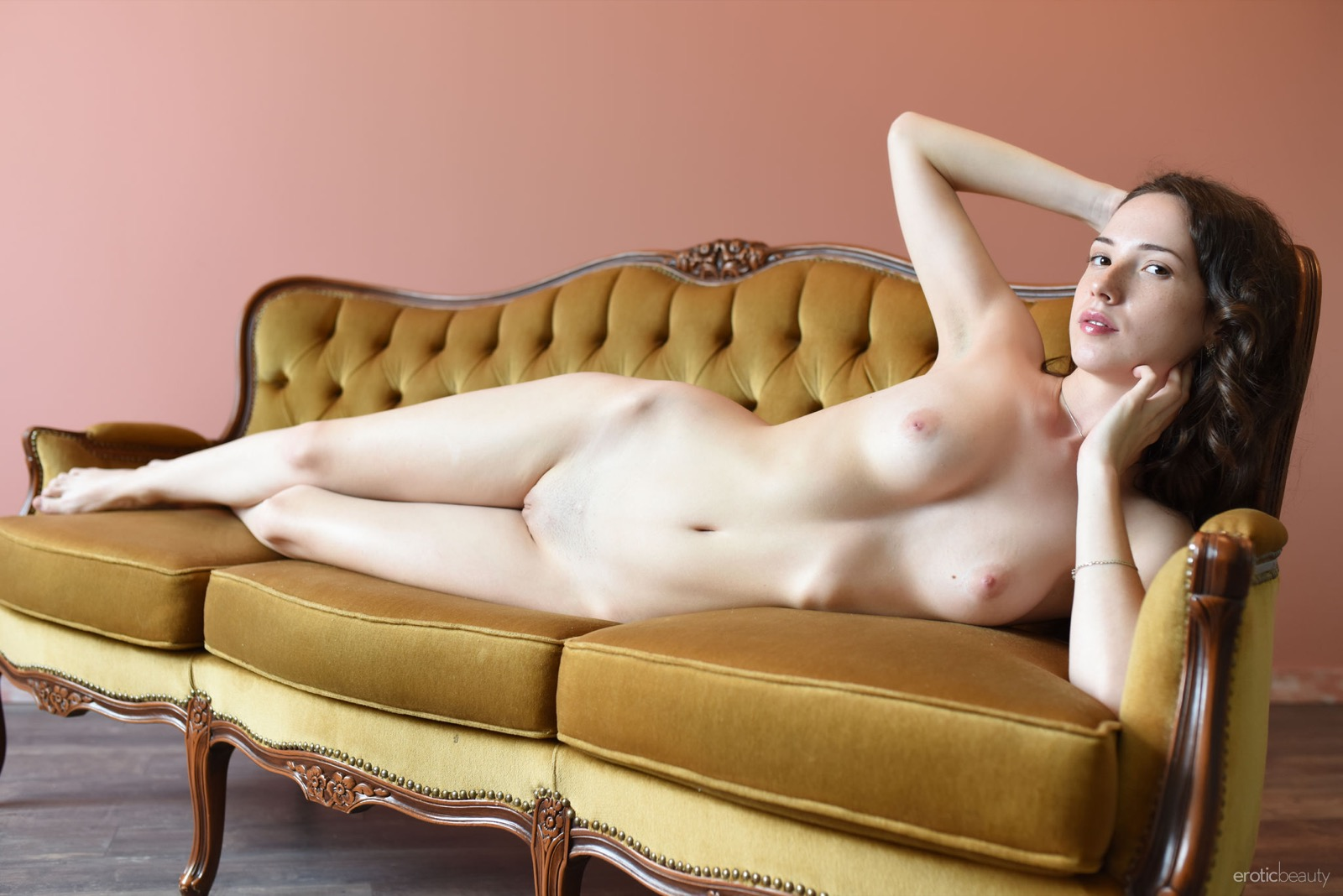 Раздевающаяся перед камерой красотка, голая русская милашка фото