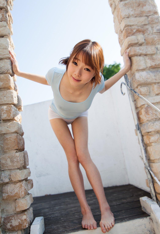 Милая японка в мокрой футболке