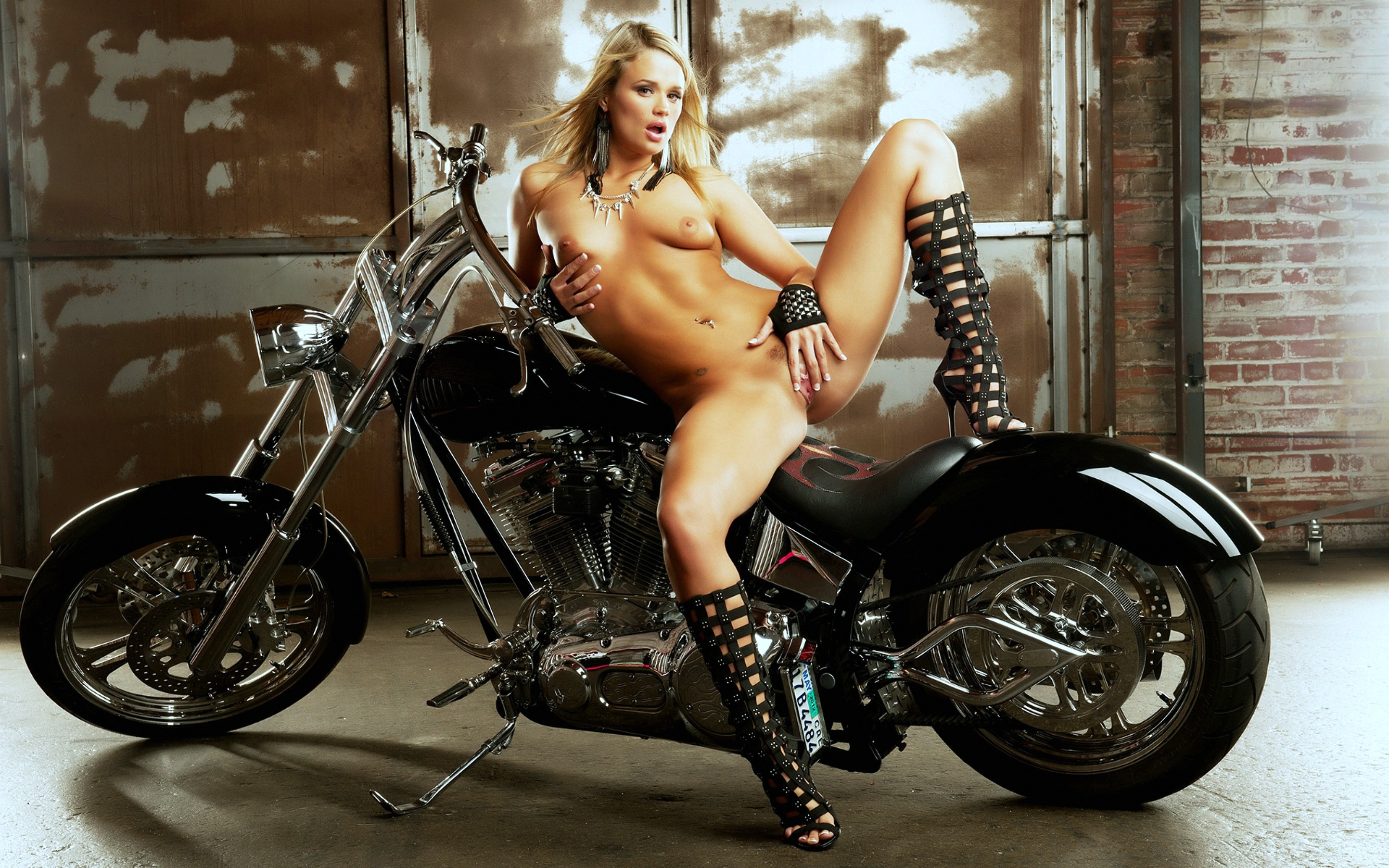 crazy-tattoos-real-naked-biker-girls-pictures