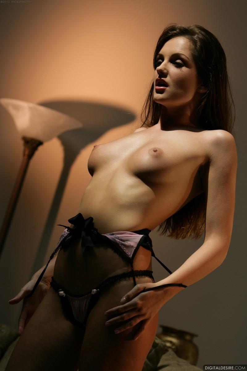 Эротические снимки брюнетки