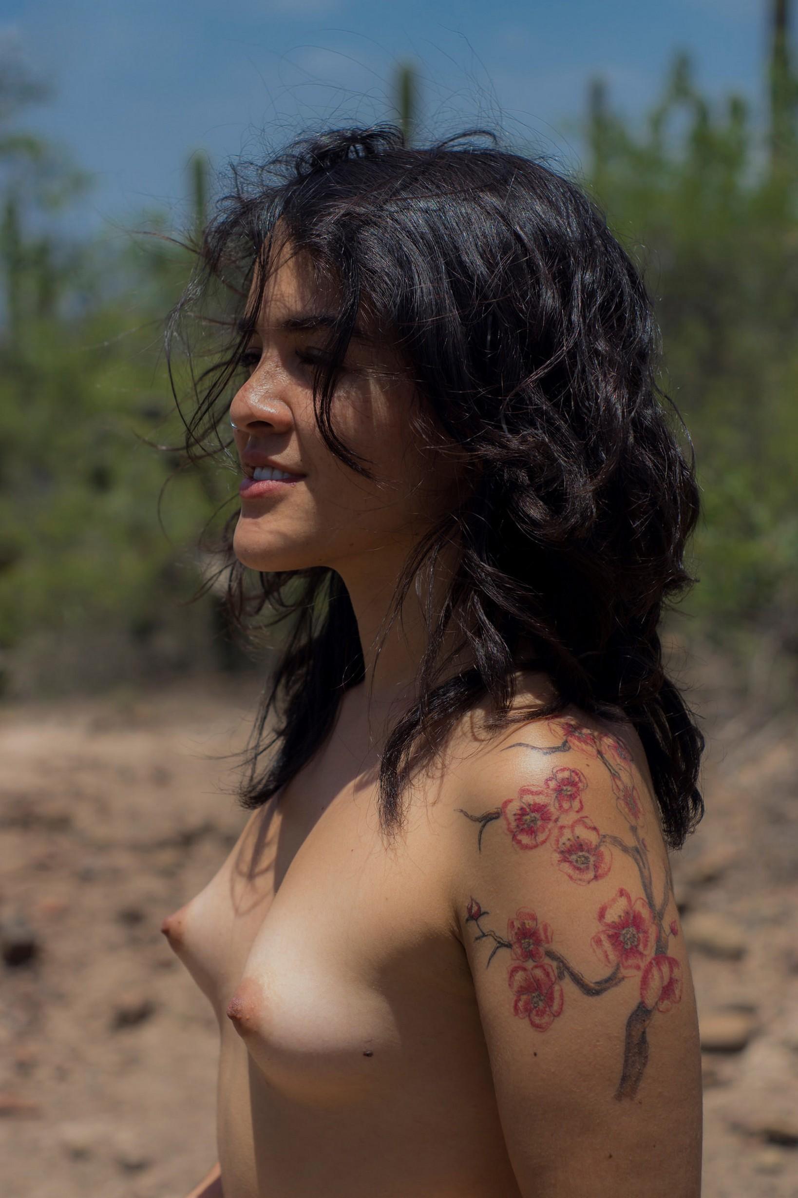 Фотоподборка девушек с маленькой грудью на море