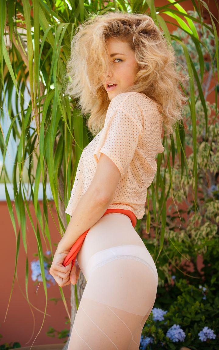 Игривая блондинка в забавном наряде