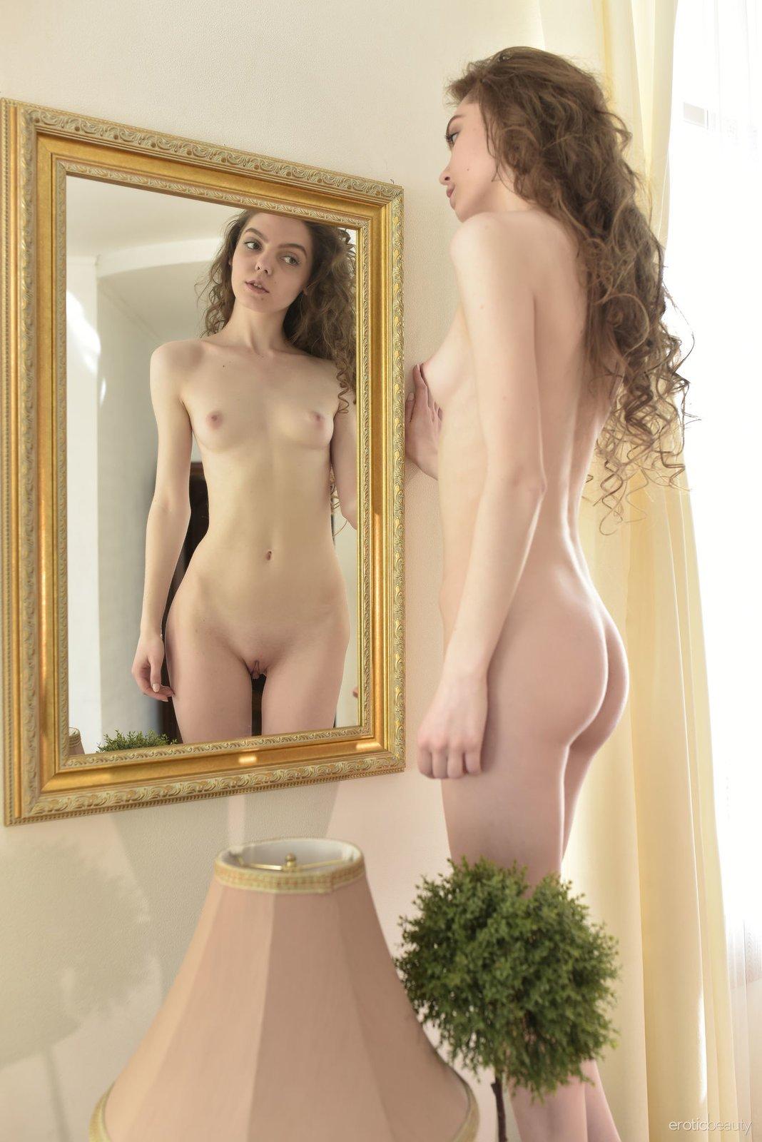 Кудрявая девушка с маленькими титьками в зеркале