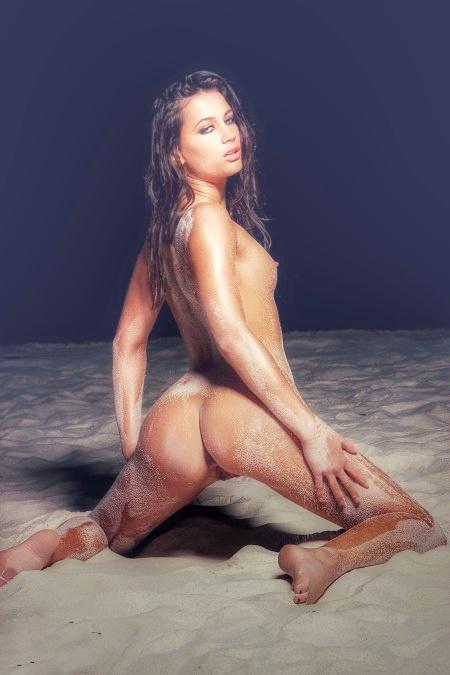 Шатенка на белом пляже