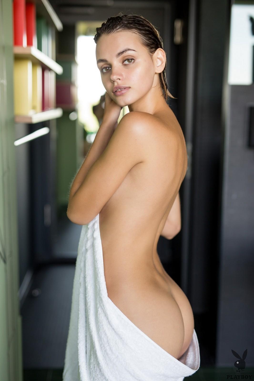 В полотенце после душа