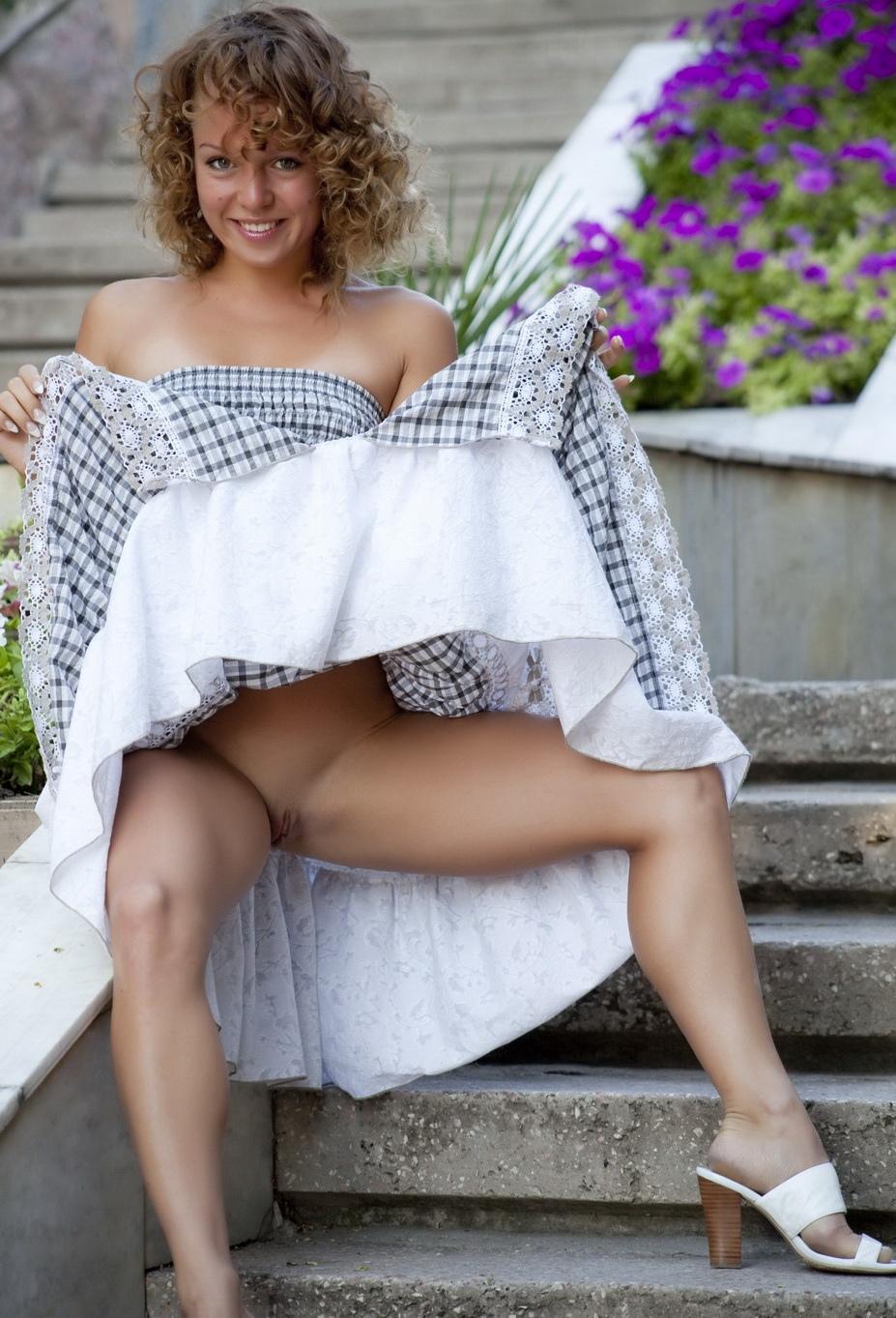 Фото голая сучка задрала платье