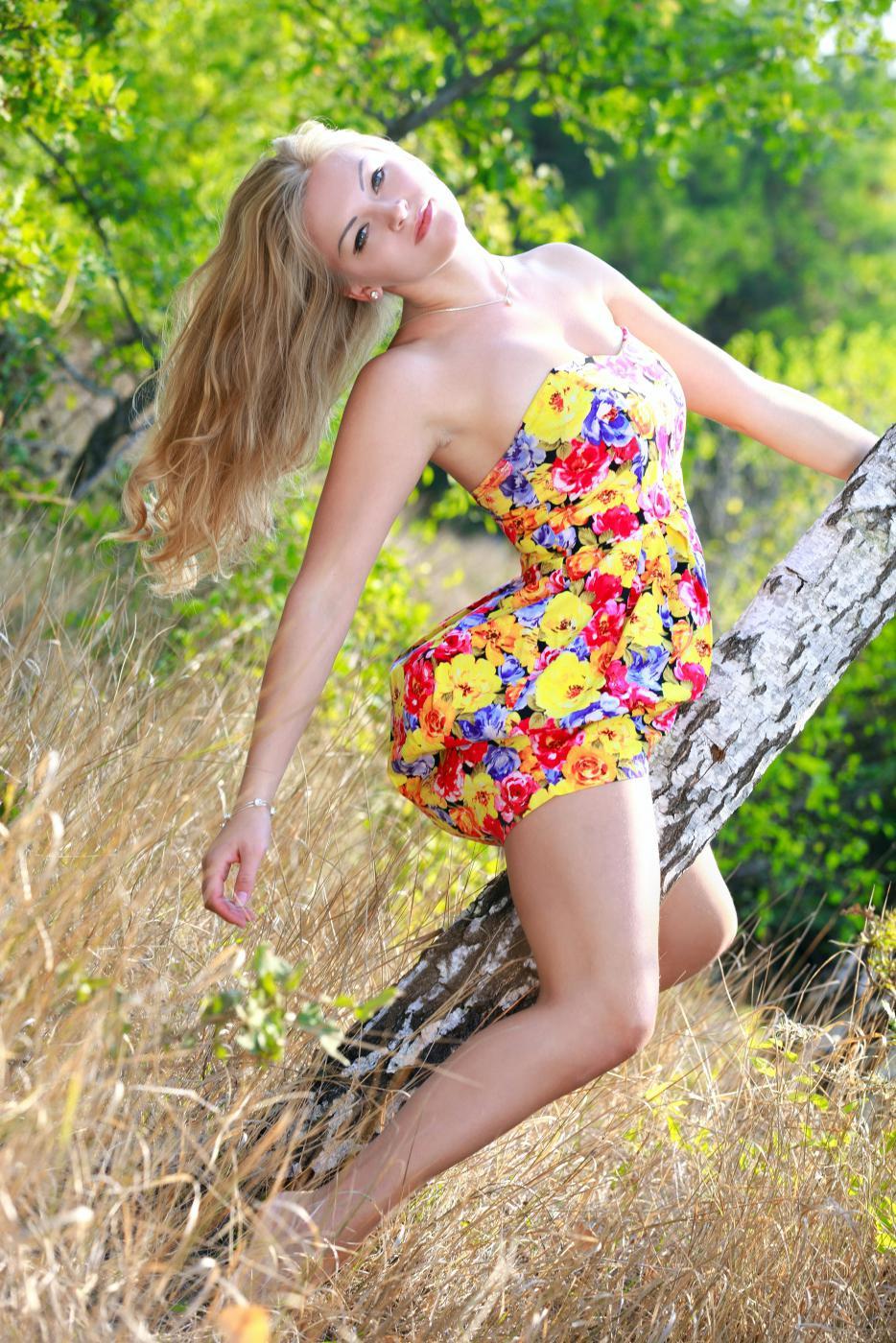 Обнаженная блондинка на природе  597487