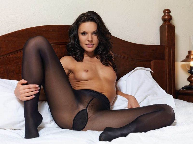 Порно фото брюнетки в черных колготках