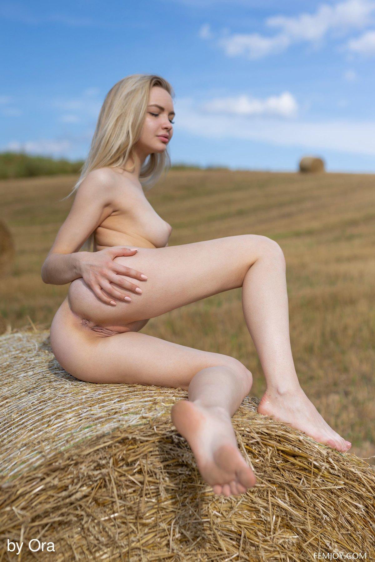 Деревенская красавица разлеглась голой на сене